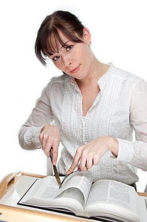Mujer-comiendo-un-libro